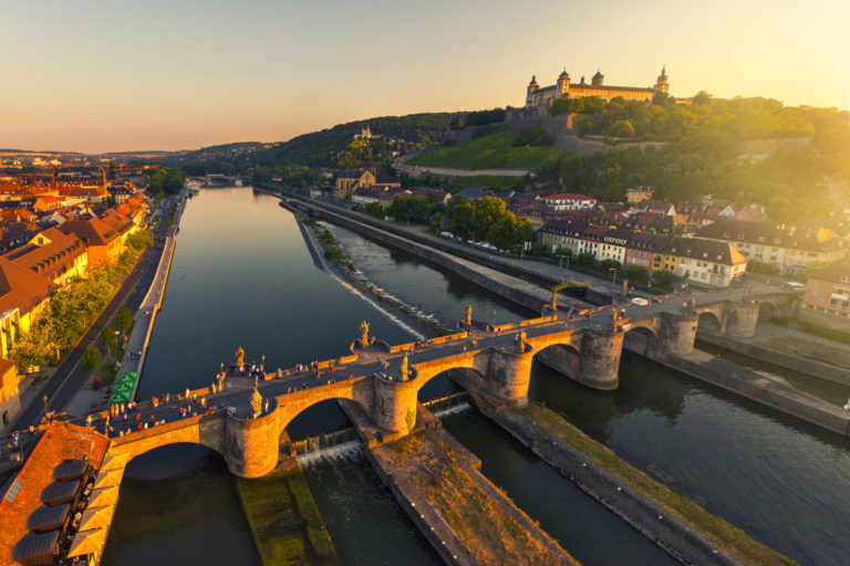Das Luftbild zeigt die Alte Mainbrücke in Würzburg