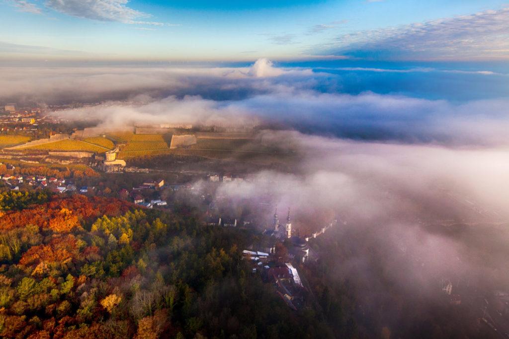Luftbild Festung im Nebel